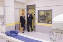 Prof. Dr. Zámbó Katalin, a Nukleáris Medicina Intézet intézetvezetője Navrasics Tibor, miniszterelnök-helyettes úrnak mutatja meg az intézet megújult helységeit