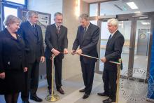 Ünnepélyes szalagátvágás kíséretében adják át az elkészült épületrészeket Dr. Verzár Zsófiának, a Sürgősségi projekt orvosszakmai vezetőjének, valamint Prof. Dr. Tóth Kálmánnak, a Pólus projekt orvosszakmai vezetőjének.