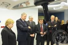Az elkészült új műtőben tart rövid tájékoztatót Strasszer Tibor, a Pécsi Tudományegyetem Műszaki Igazgatóságának műszaki igazgatója