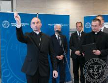 Udvardy György megyéspüspök megáldja a Janus Pannonius Klinikai Tömböt