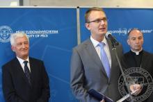 Köszöntő beszédet mond Rétvári Bence, az Emberi Erőforrások Minisztériumának miniszterhelyettese